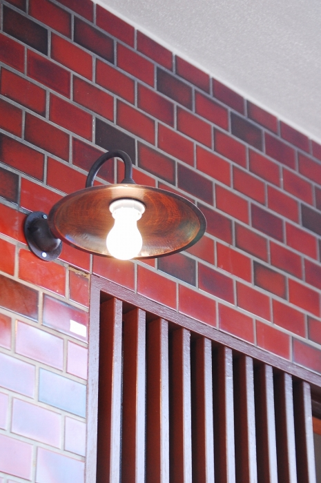 レトロな裸電球の玄関照明
