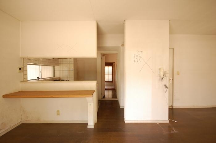 施工前のキッチンと廊下