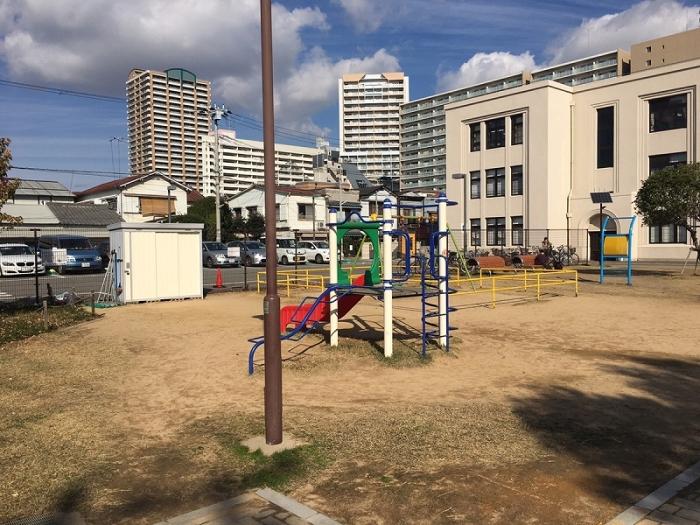 昔の運動場には新しい遊具も完備