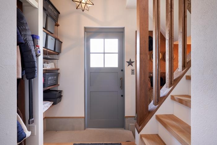 光が差し込む玄関