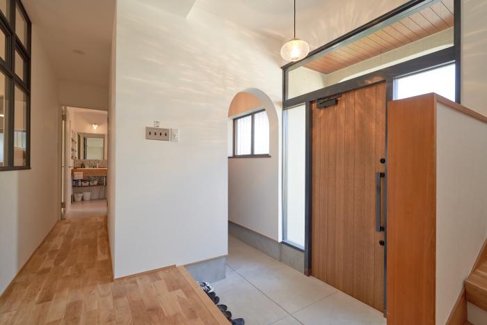 明るい玄関ホールと土間収納