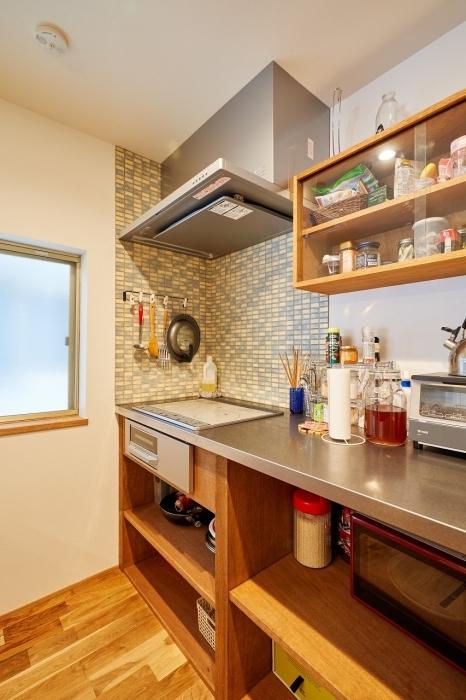 収納棚がある明るいキッチン