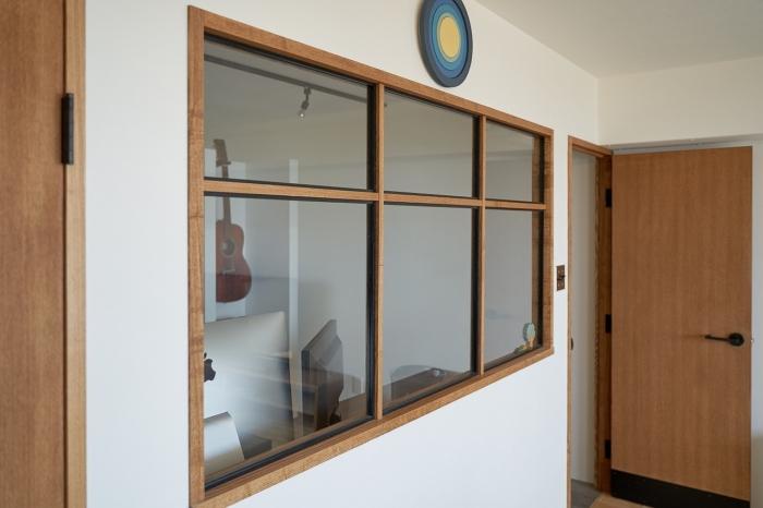 リビングとワークスペースを「つなぐ」室内窓