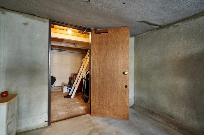キッチンからガレージへと続く秘密の梯子
