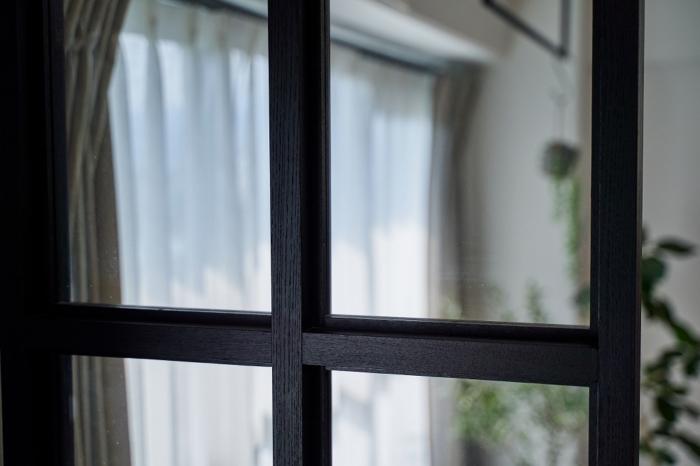 黒枠の室内窓