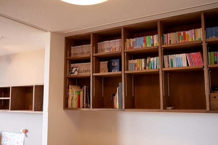 手持ちの本のサイズに合わせた造作本棚