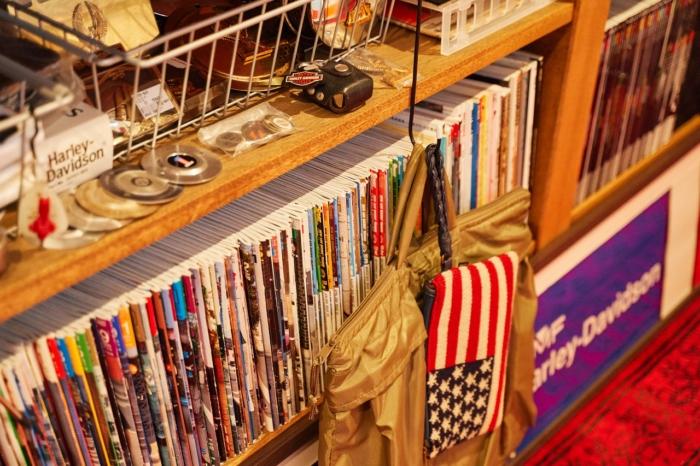 カウンター下の大容量雑誌収納