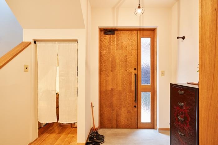 玄関横がポイントの階段下収納