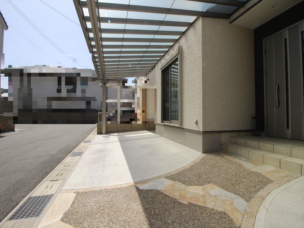 広々とした屋根付きの駐車スペース