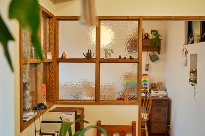 懐かしい雑貨が引き立つ室内窓